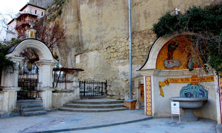 Бахчисарае в православном Свято-Успенском монастыре есть свой святой источник